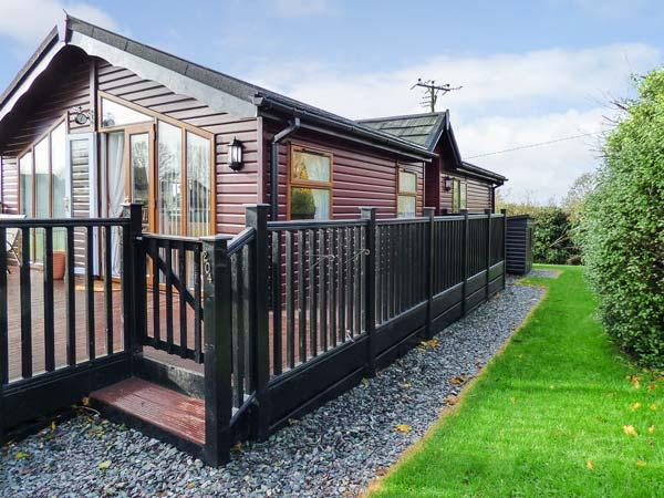 PERI LODGE (NO 204), single storey lodge, on-site pool and tennis, two shower rooms, close coast in Polperro Ref 927895 - Image 1 - Polperro - rentals