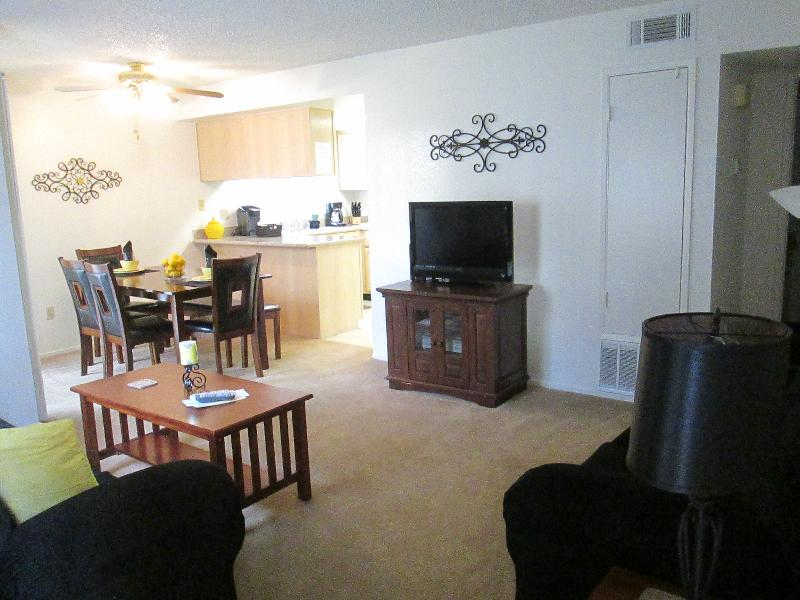 2 bedroom apt Livingroom, Diningroom and Kitchen - 2 bdrm/2 Full Bathrm Apt Sleeps 8 - Bakersfield - rentals