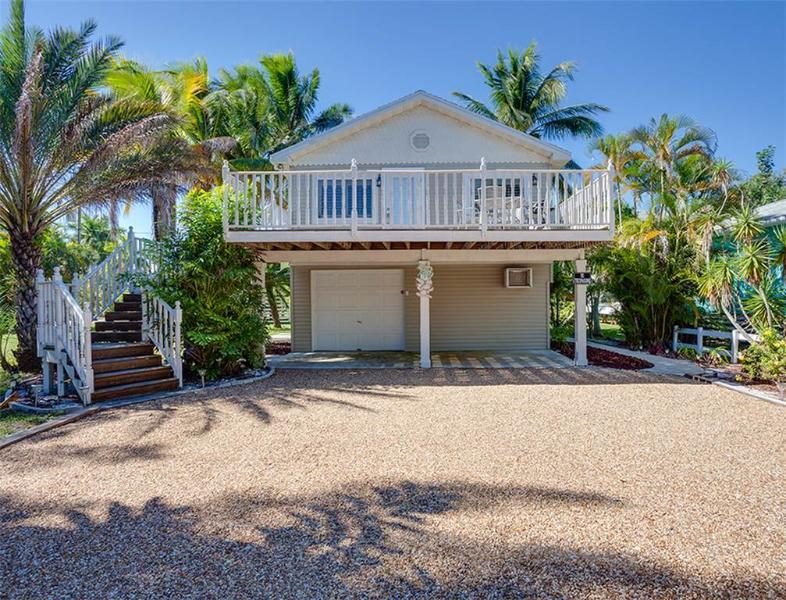 Beach Hideaway Upper Level, 2 Bedrooms, 2 Blocks from Beach, WiFi, Sleeps 5 - Image 1 - Fort Myers Beach - rentals