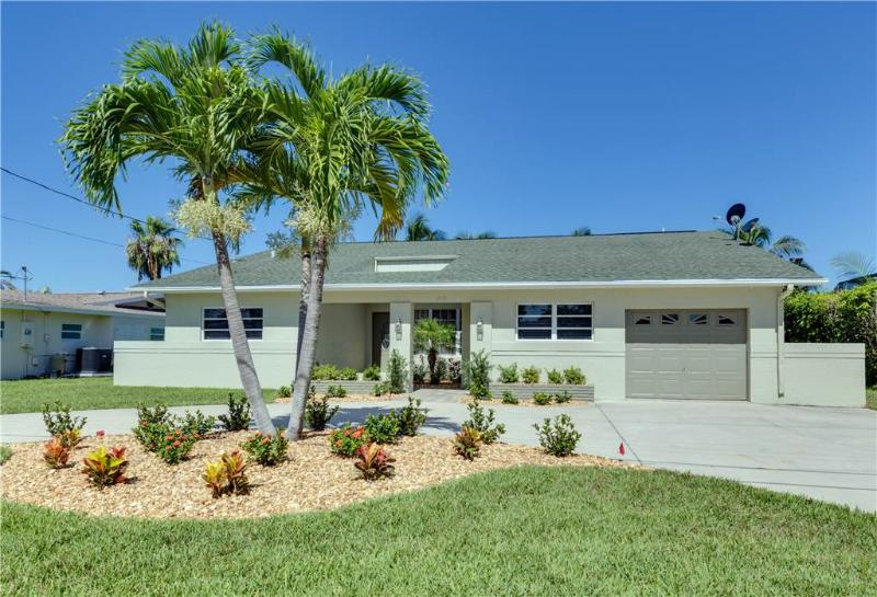 Cutlass Cove, 4 Bedrooms, Canal Front, WiFi, Sleeps 8 - Image 1 - Fort Myers Beach - rentals