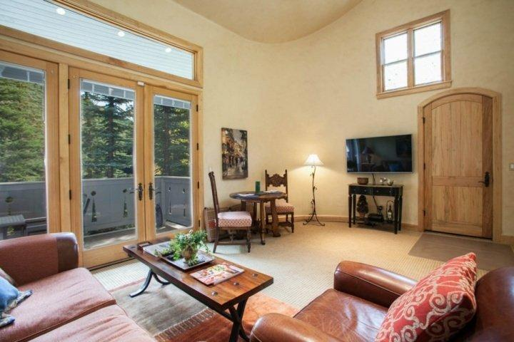 This beautiful apartment features 54 inch flat screen TV, 3D/Blue Ray DVD, and stream side views. - Secluded East Vail 1BR Apartment, Overlooks Gore Creek, Summer Access to Tennis Courts & Pool! - Vail - rentals