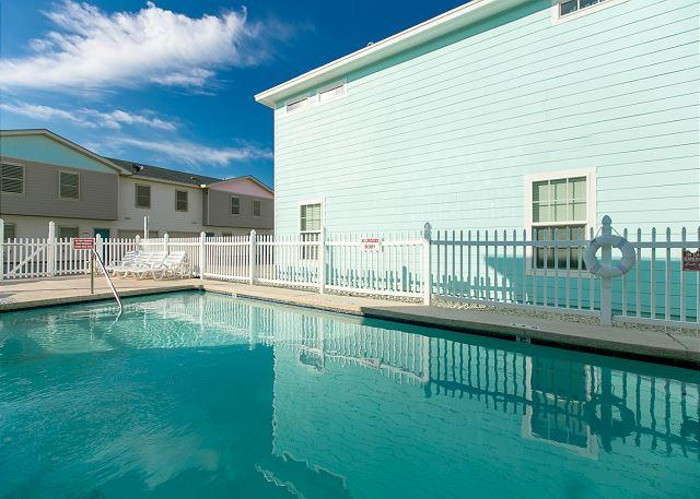 Shared Pool - Its Five O'Clock Somewhere!  Walking Distance to the Beach, Pets, Pool - Port Aransas - rentals