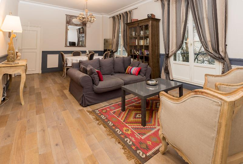 The living room opens its 2 large French doors on a leafy square - Charming 19th century 2 bedroom apartment 6 + Baby - Tours - rentals