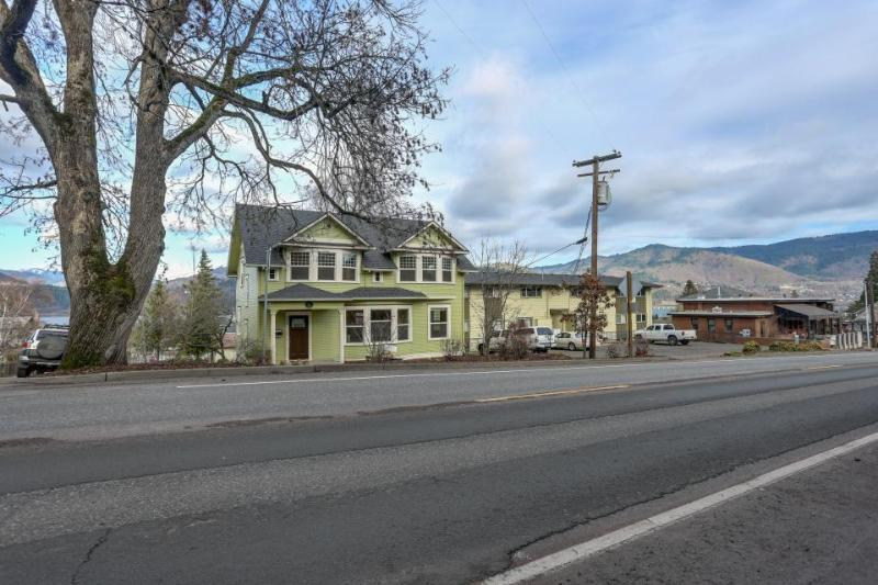 Spacious downtown Craftsman w/private hot tub and game room! - Image 1 - Hood River - rentals