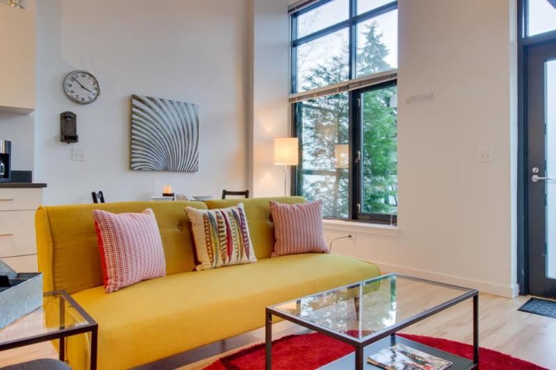 Cozy, dog-friendly, lakefront condo - bike, walk, or rollerblade! - Image 1 - Seattle - rentals