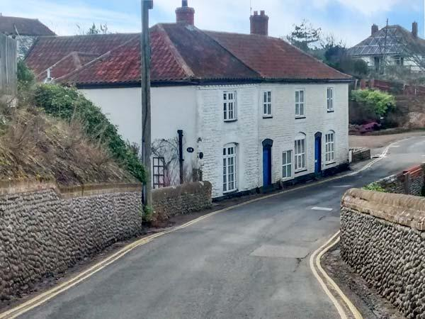 COBBLER'S COTTAGE, spacious and cosy, open fire, dog-friendly, in Mundesley - Image 1 - Mundesley - rentals
