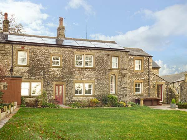 OLD HALL COTTAGE, hot tub, multi-fuel stove, open fire, WiFi, countryside views, Settle, Ref 929950 - Image 1 - Settle - rentals