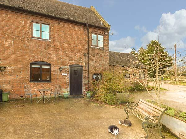 BLUEBELL COTTAGE, Grade II listed barn conversion, farmhouse-style kitchen, countryside views, Ashbourne, Ref 930924 - Image 1 - Ashbourne - rentals
