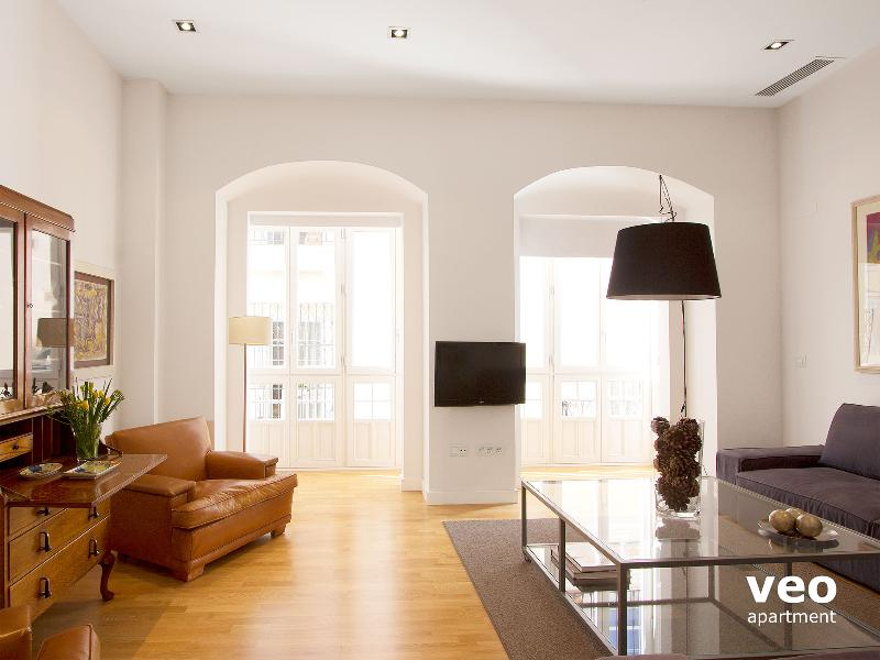 Bright and elegant apartment with modern interiors. - Teodosio 3. 3 bedrooms, 2 bathrooms for up to 8 - Seville - rentals