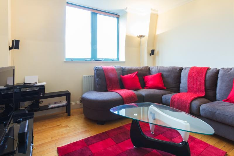Luxury London Apartment with Pool and Fitness Center - Image 1 - London - rentals