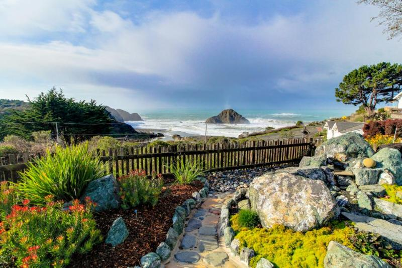 Oceanview studio with full kitchen, walk to town/beach! - Image 1 - Elk - rentals