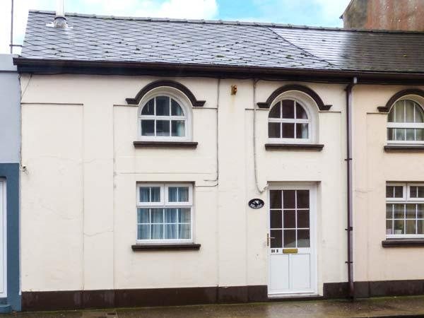BEL AMI, mid-terrace cottage, soild fuel stove, enclosed patio, beach 2 mins walk in Youghal, Ref 923858 - Image 1 - Youghal - rentals