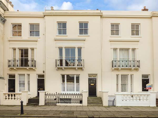 EASTON HOUSE, WiFi, sea views, off road parking, Ryde, Ref 923987 - Image 1 - Ryde - rentals