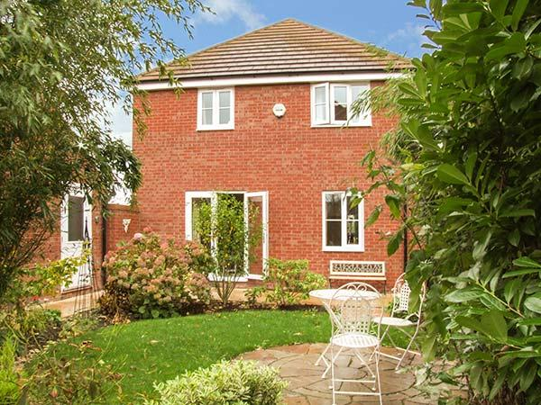 RIVERSIDE COTTAGE, en-suite, WiFi, parking, garden, close to amenities, Evesham, Ref. 926187 - Image 1 - Evesham - rentals