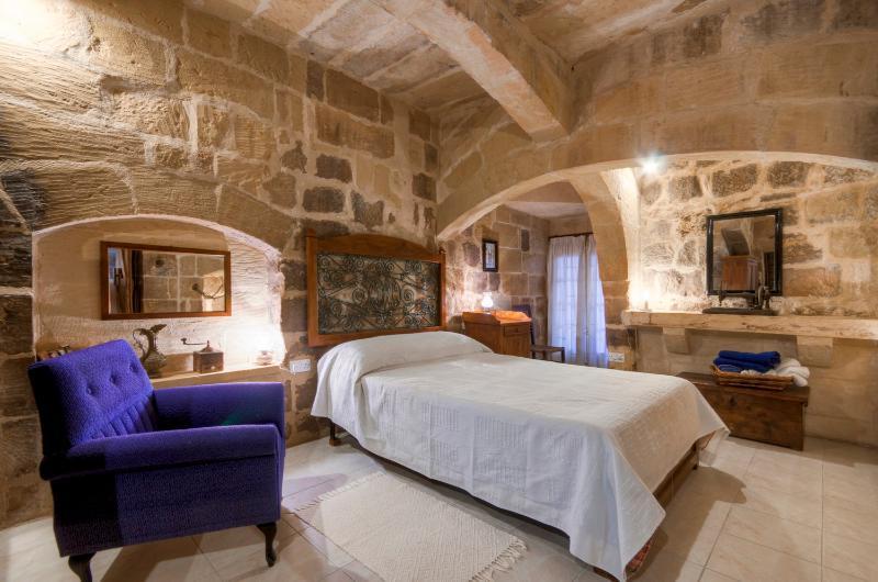 unique architectural features in this authentic bedroom - Tan-Nanna Farmhouse - Kercem - rentals