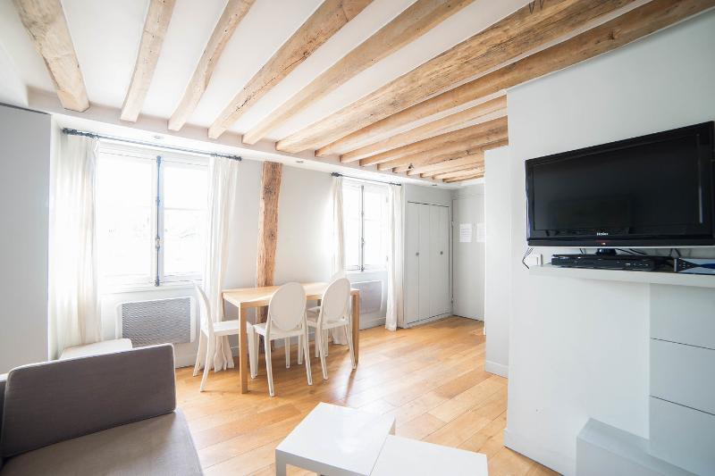 Living Room - St Anne: Fantastic 2BR and 2BA apartment -Opera area - Paris - rentals