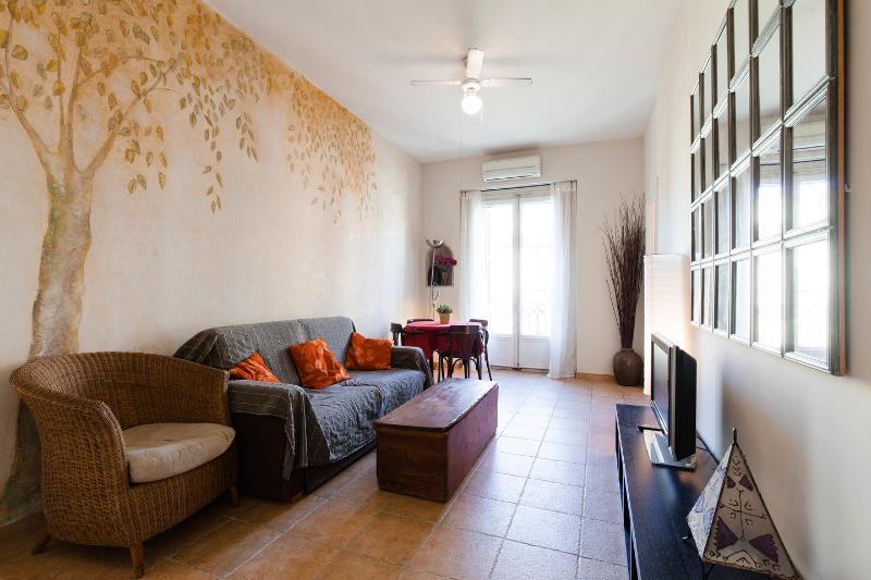 Living Room - Gaudi-2: Rustic apartment on Rambla Catalunya - Barcelona - rentals