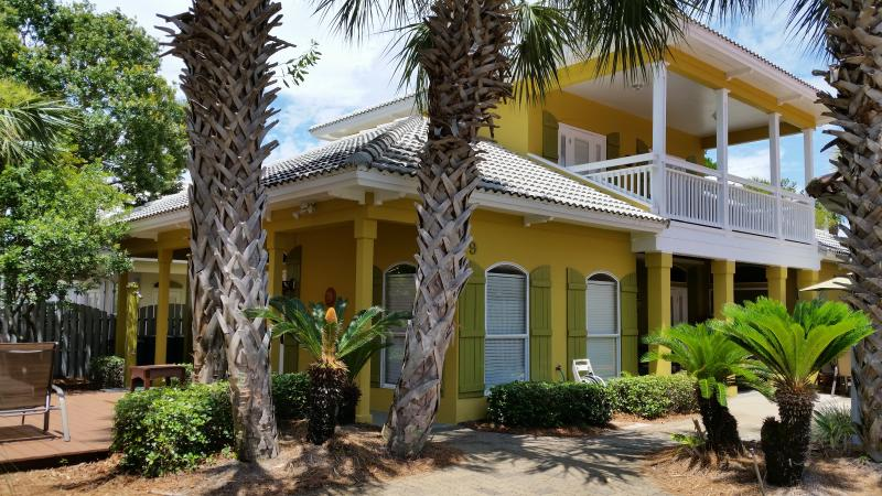 2 King Beds, 1 Queen Bed, 2 Bunks, & 2 Queen Futon sleepers - Sleeps 12 - Coconut Cove*Remodeled*Walk to Private Beach*WIFI - Destin - rentals