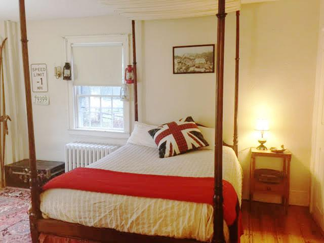 Guestroom Fireplcae - The Fountain - Stowe - rentals