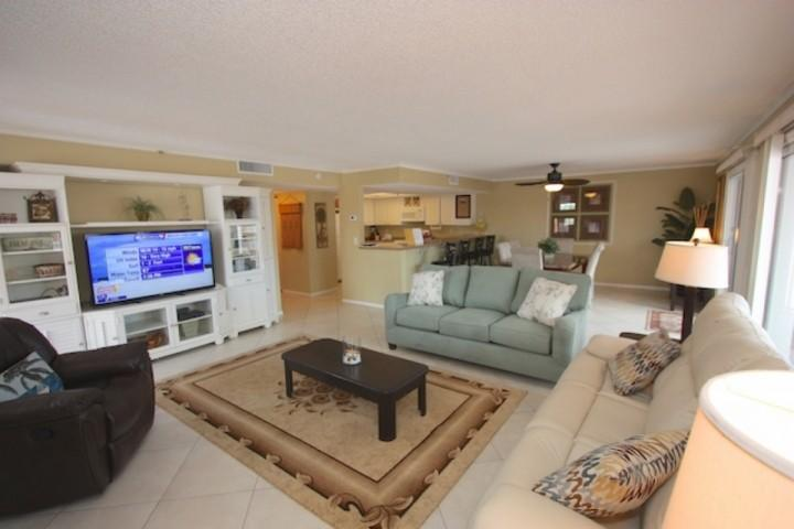 Great Big Living Area with Leather Couch/Recliner/Flat Screen TV/Private Patio with Beachfront/Poolside Views - 1414 Beach Cottages - Indian Shores - rentals