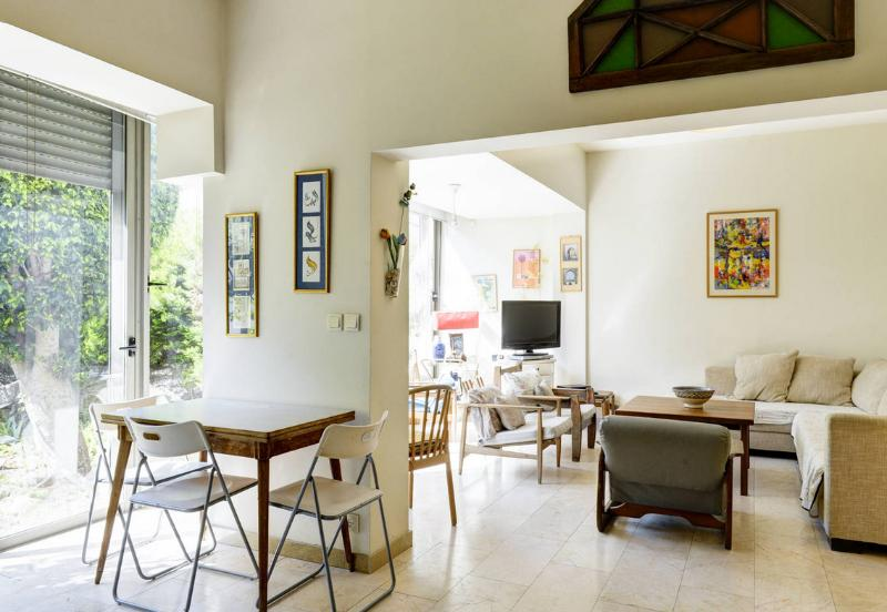 A spacious apartment seconds from the beach - Image 1 - Tel Aviv - rentals