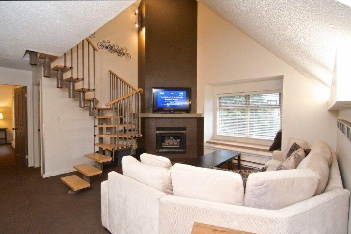 Spacious Grand living room - Creekside Lake Placid Lodge beauty. 3 bedroom, 2 full baths 970 sqft - Whistler - rentals
