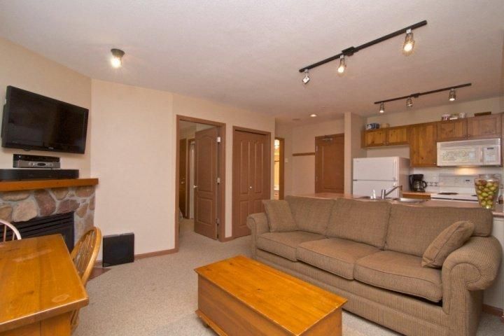 Comfortable Living room with Queen sofa bed - Bear Lodge top floor 1 Bedroom condo - Whistler - rentals