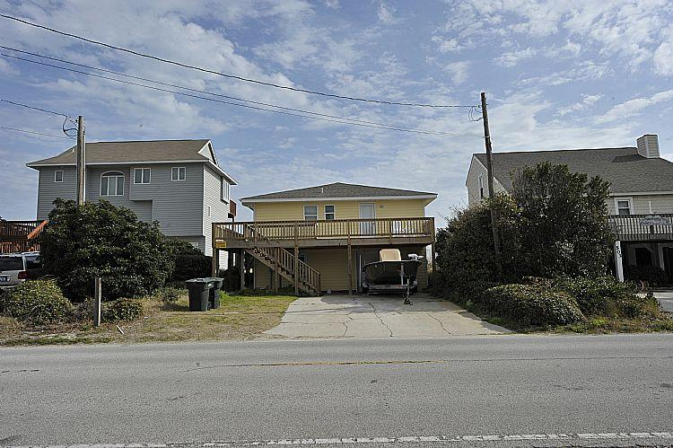 Outside house - P.R.'s Retreat - Wondrous Oceanfront View, Fantastic Location, Pet Friendly - Topsail Beach - rentals