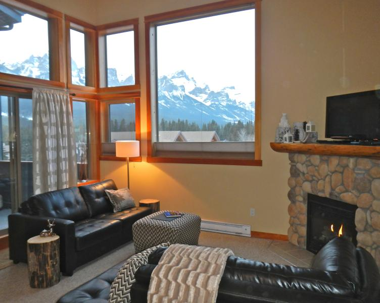 Cozy Condo with amazing views west towards Banff. - COZY CANADIANA CONDO - PANORAMIC MOUNTAIN VIEWS - Canmore - rentals