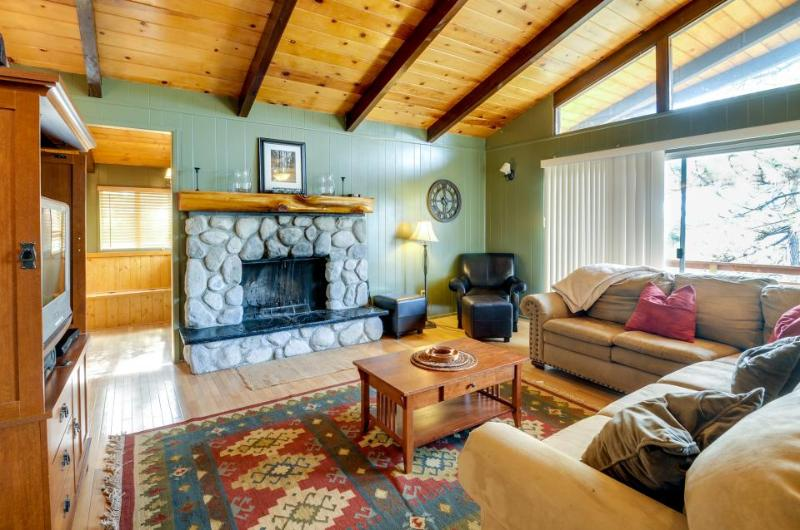 Secluded cabin w/private decks & family-friendly amenities - Image 1 - Idyllwild - rentals