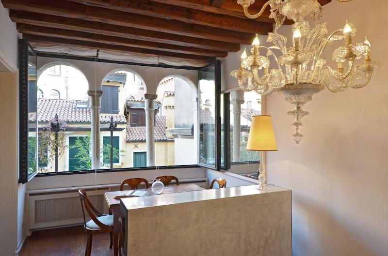 stunning dining room with Murano Chandelier and Trifora window - Carlo Scarpa - Venice - rentals