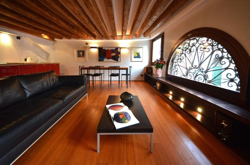 Fenice apartment living room with canal view - Fenice - Venice - rentals