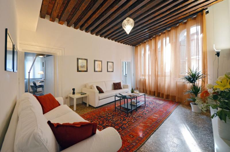 charming Grimani living room with arched windows and canal view - Grimani - Venice - rentals