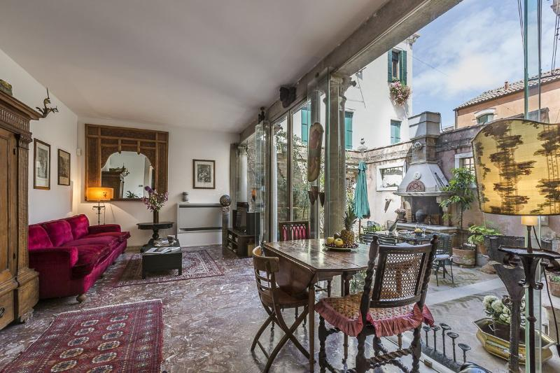 the unique living room of the Loredan apartment opens on the courtyard - Loredan - Venice - rentals