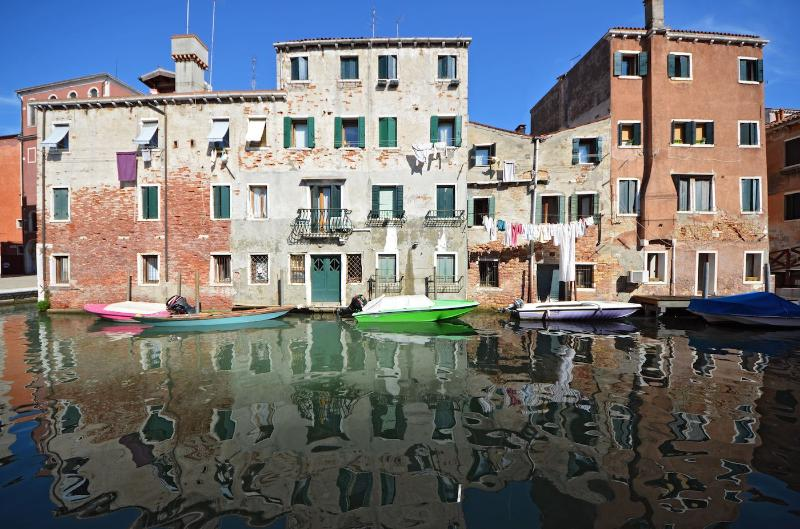 enjoy the charming view from the Miranda apartment on antique buildings reflected on the calm waters - Miranda - Venice - rentals