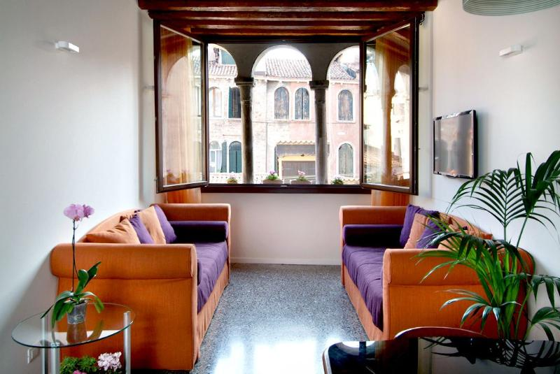 spacious living room with wooden beams, terrazzo flooring and the authentic trifora window - Otello - Venice - rentals