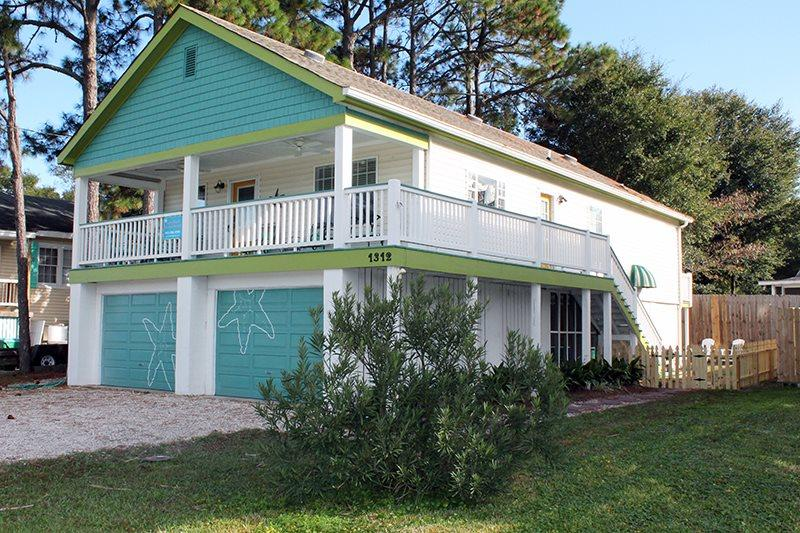 North Beach Access Across the Street - Pet Friendly - Seastar - 1312 Bay St - Image 1 - Tybee Island - rentals