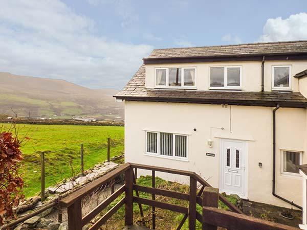 BRANWEN, over two floors, enclosed patio, pet-friendly, Snowdonia views, near Penygroes, Caernarfon, Ref 926334 - Image 1 - Caernarfon - rentals
