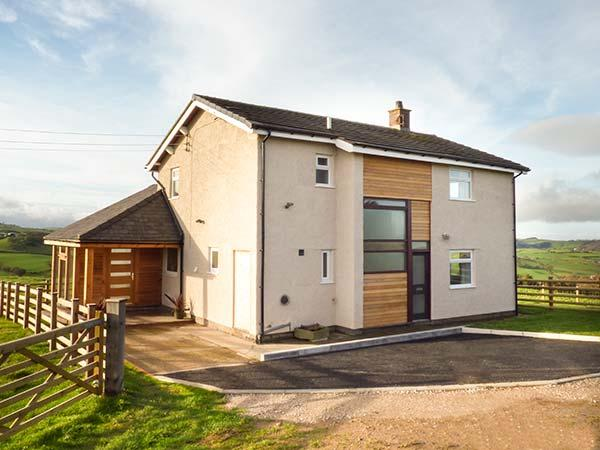 PEN BRYN LLAN, detached farmhouse, en-suite, summer room, patio with furniture, Llannefydd, Ref 931237 - Image 1 - Llannefydd - rentals