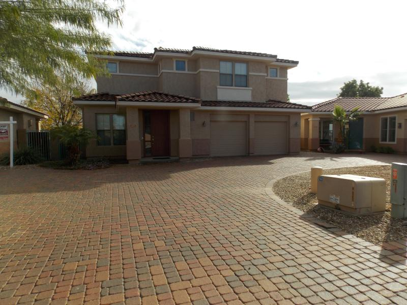 Front of house, newly painted in 2015 - Spring Break, Golfing Vacation, Fun in the Sun - Goodyear - rentals