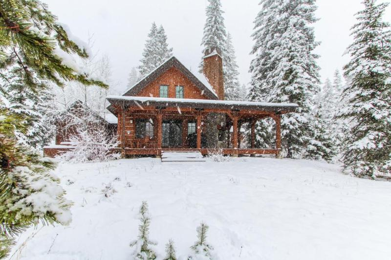 Gorgeous chalet w/private hot tub & wrap-around deck  - walk to the lifts! - Image 1 - Tamarack - rentals