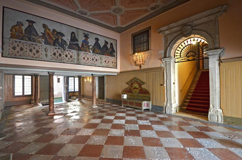 the stunning communal entrance hall at the ground floor of the Palazzo Veneziano - Vendramin - Venice - rentals