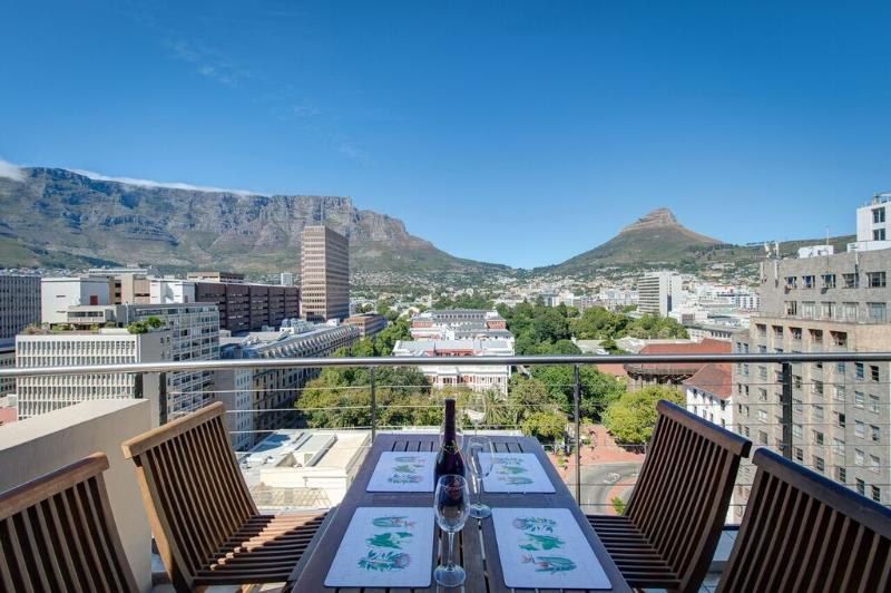 Alfresco dining on balcony - City Chic meets Table Mountain - Cape Town - rentals