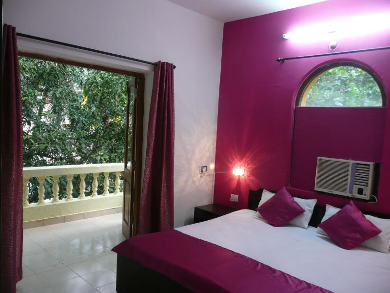 Bright and Cozy Bedroom with AC, attached Spacious balcony with a green view and  attached Bathroom - Pretty Pink Resort Apartment near Calangute Beach - Calangute - rentals