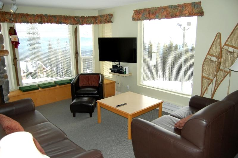Great living area with lots of seating - Big White Eagles Resort Huge 3 Bedroom Condo with Prime Location! - Big White - rentals