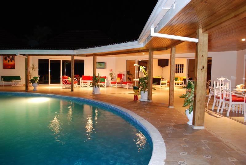 Villa veranda around the pool at night - Exodus Retreat - Runaway Bay - rentals