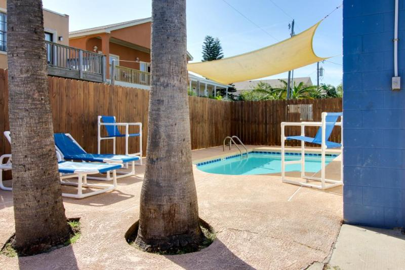 Cozy, dog-friendly guest house for 4 - shared pool, beach access nearby! - Image 1 - South Padre Island - rentals