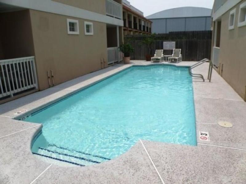 Cheery condo w/shared pool within walking distance of beach! - Image 1 - South Padre Island - rentals