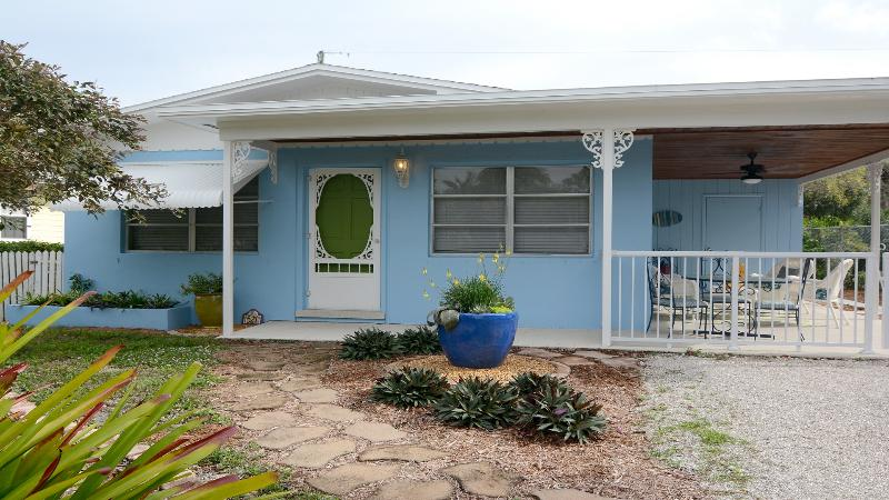 Tropical Florida style cottage. - Cozy Updated House Near Beaches & Downtown Stuart - Stuart - rentals