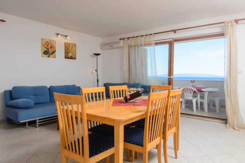 Comfortable living room overlooking the sea. - Apartment SEAVIEW - Okrug Gornji - rentals